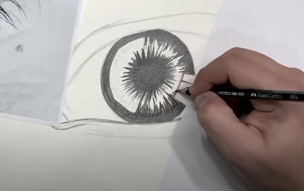 Auge Zeichnen Schritt 2 - Dunktle Bereiche der Iris einzeichnen
